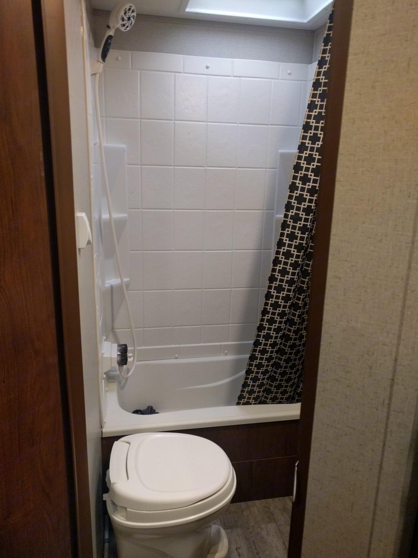Shower/ bathtub combo.. Coachmen Freedom Express 2017