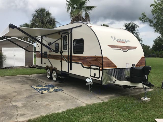 funloving spirit of the 50's handy size, low weight, and aerodynamic profile pass though storage in the front .  2x20 LP tanks. Gulf Stream Cruiser 2018