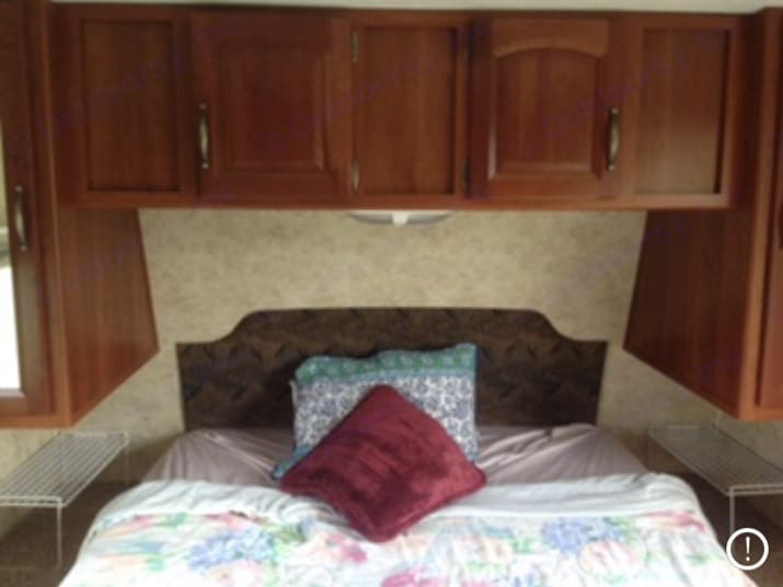 Master bedroom has a exit door. Keystone Cougar 2006