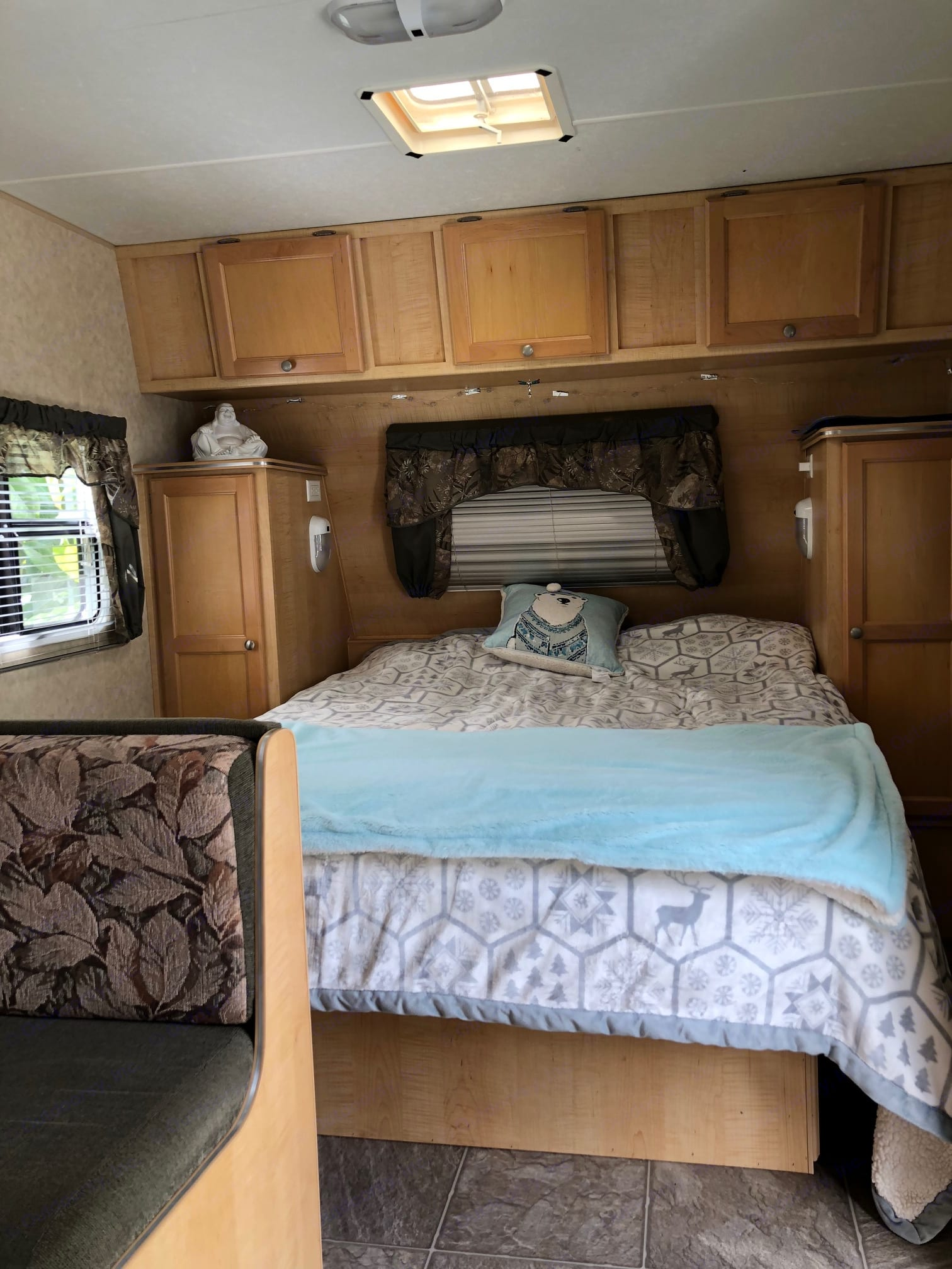 Sleep like a baby in this queen size bed with windows and skylight that open up to the great outdoors!. trail lite trailcruiser 2006