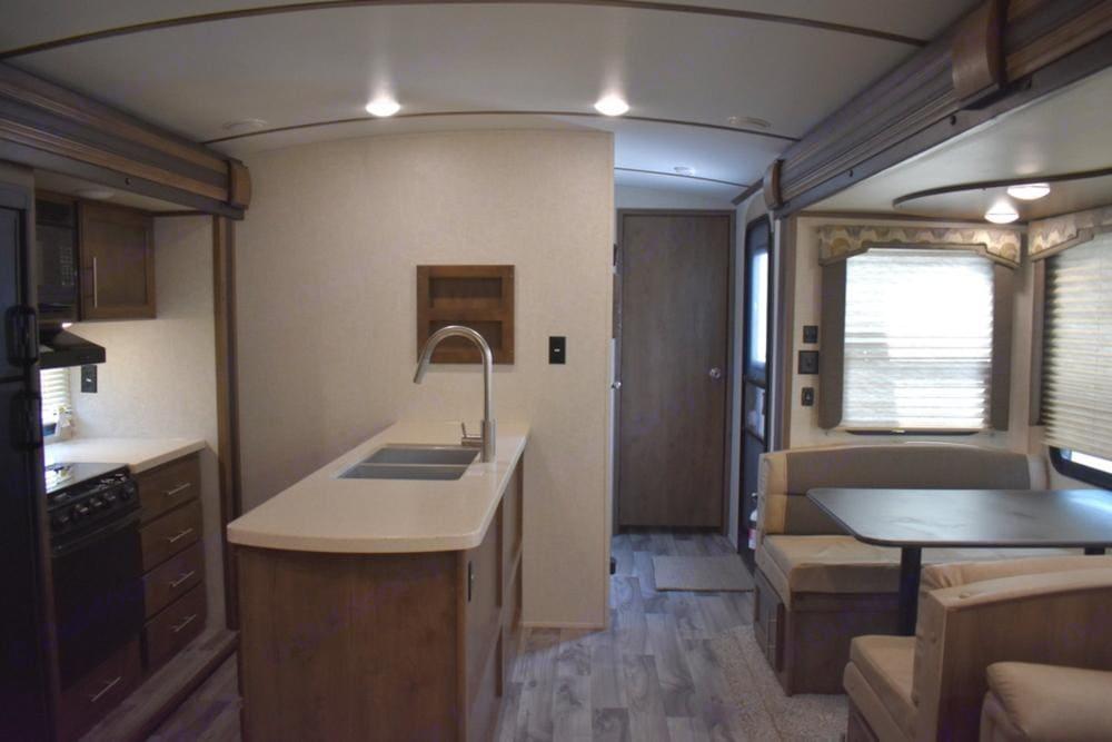 Large Kitchen with Island!. Keystone Cougar Half-Ton 2018