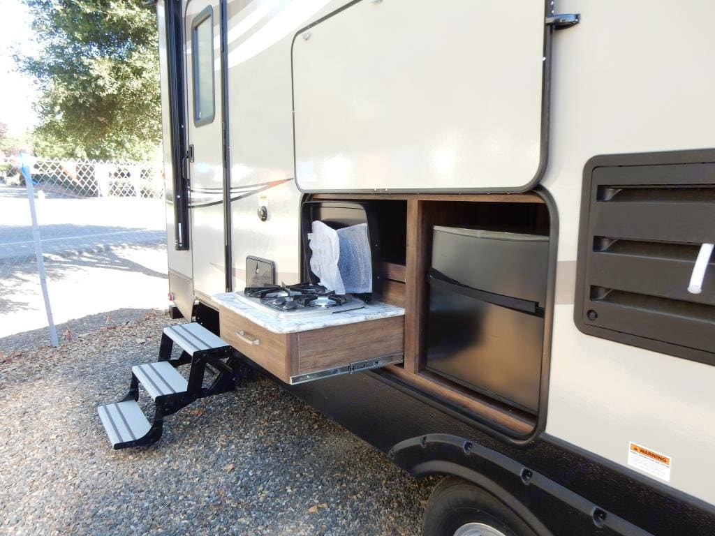 Exterior Kitchen with Grill and Fridge. Keystone Cougar Half-Ton 2018
