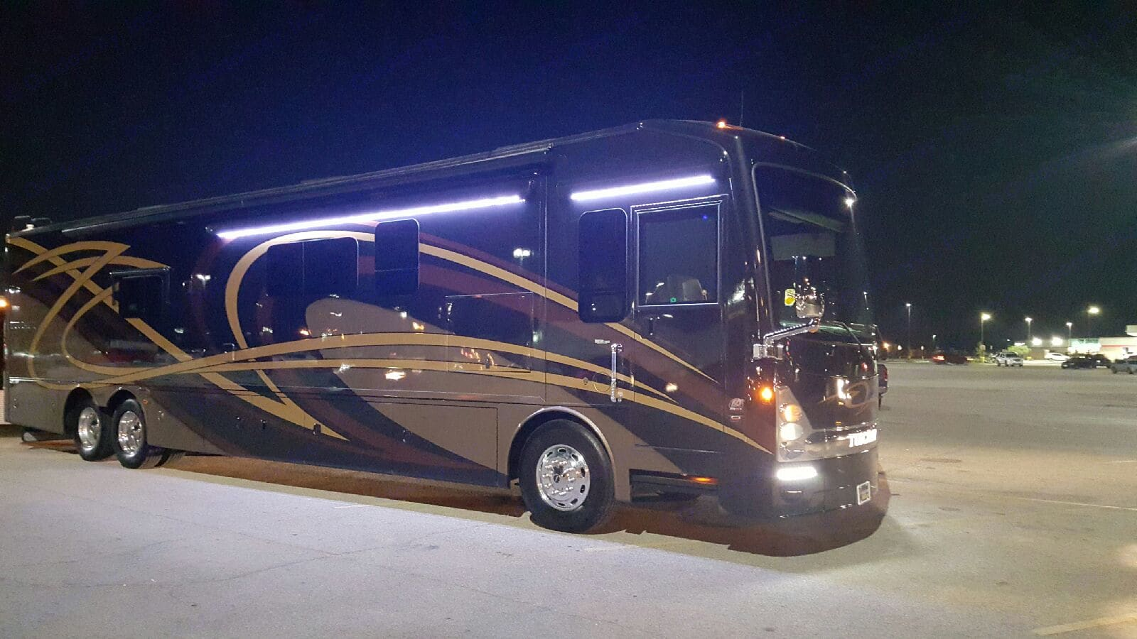2016 Thor Tuscany 45AT Triple Slide outs, with  a 29ft slide on passenger side and double slides on driver side. Driver will set everything up for you and make sure everything is working properly. . Thor Motor Coach Tuscany 2016