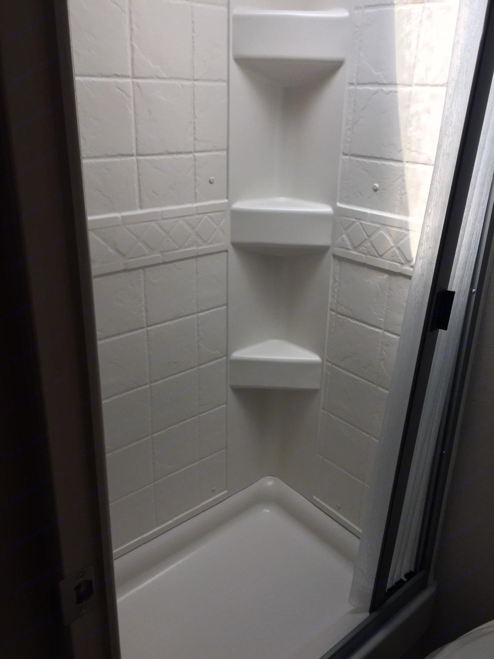 Shower. Winnebago Micro Minnie 2019