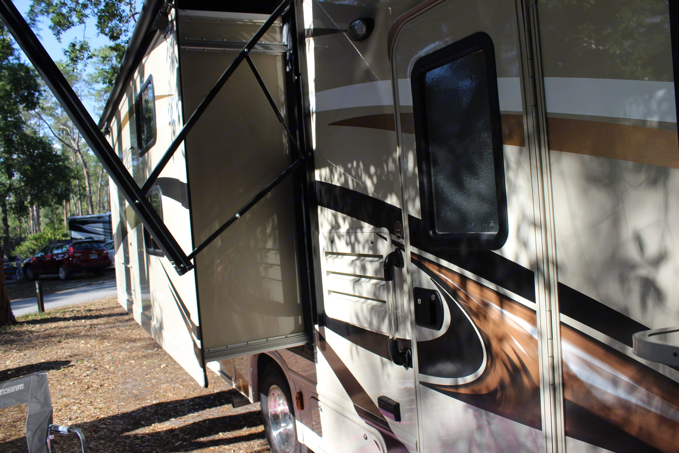 A little closer of the same side of the camper. . Thor Motor Coach Freedom Elite 2017