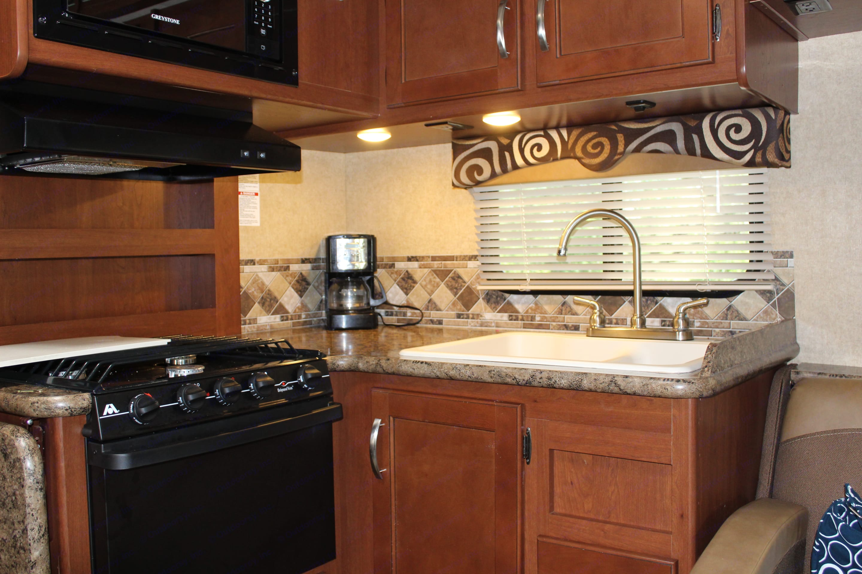 Another angle of the kitchen area.  . Thor Motor Coach Freedom Elite 2017