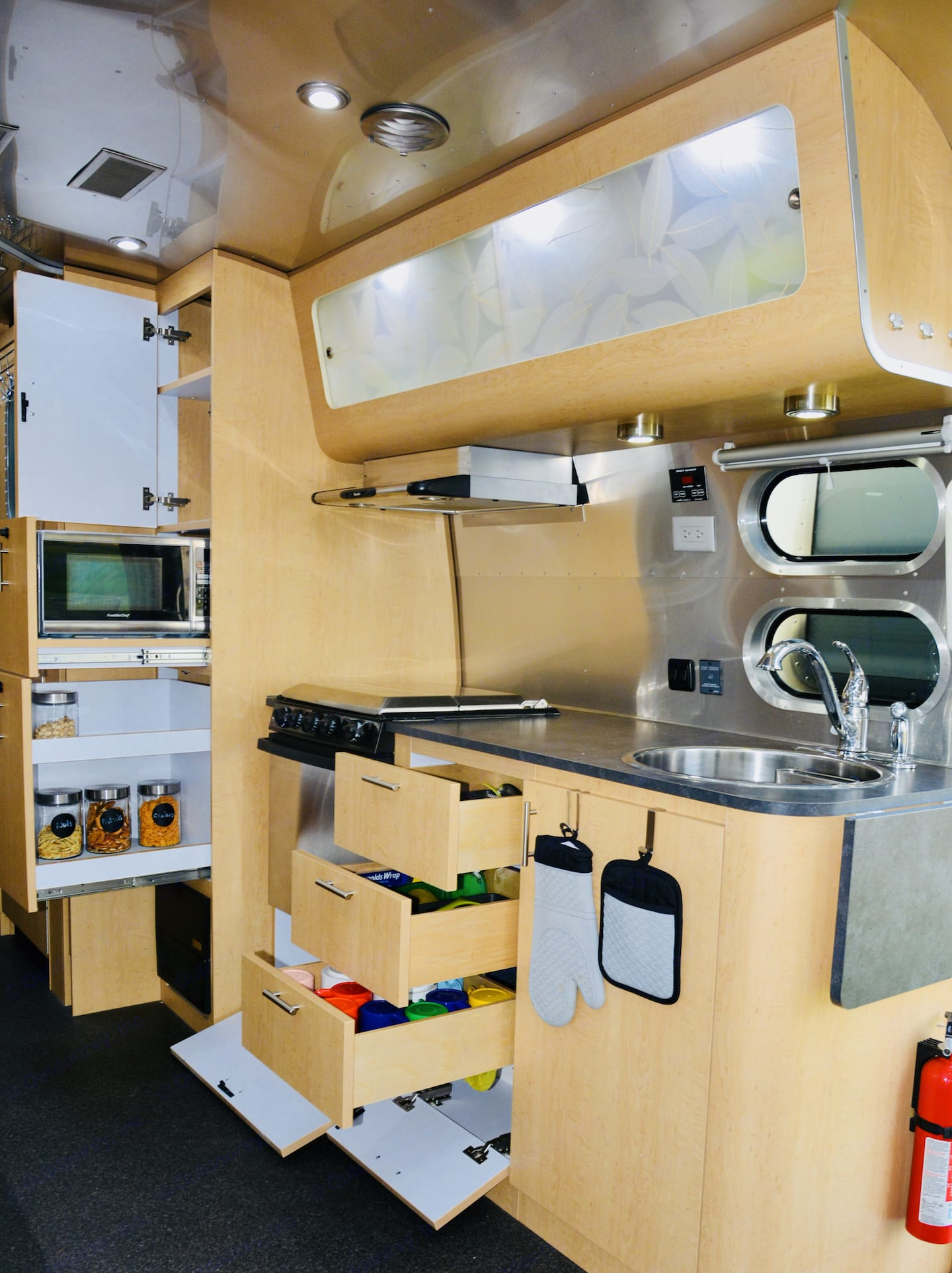 Microwave, Oven and Stovetop. Airstream Eddie Bauer 2015