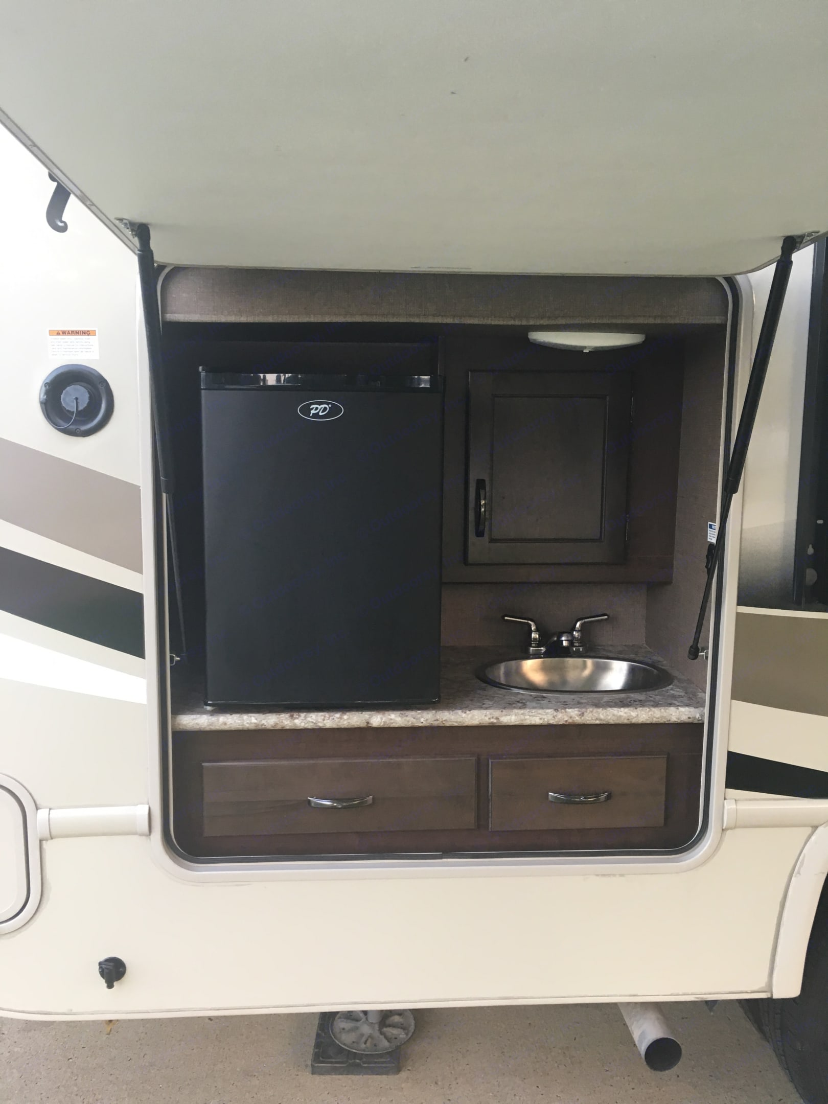 Outdoor fridge and sink. Ford Fourwinds 2018