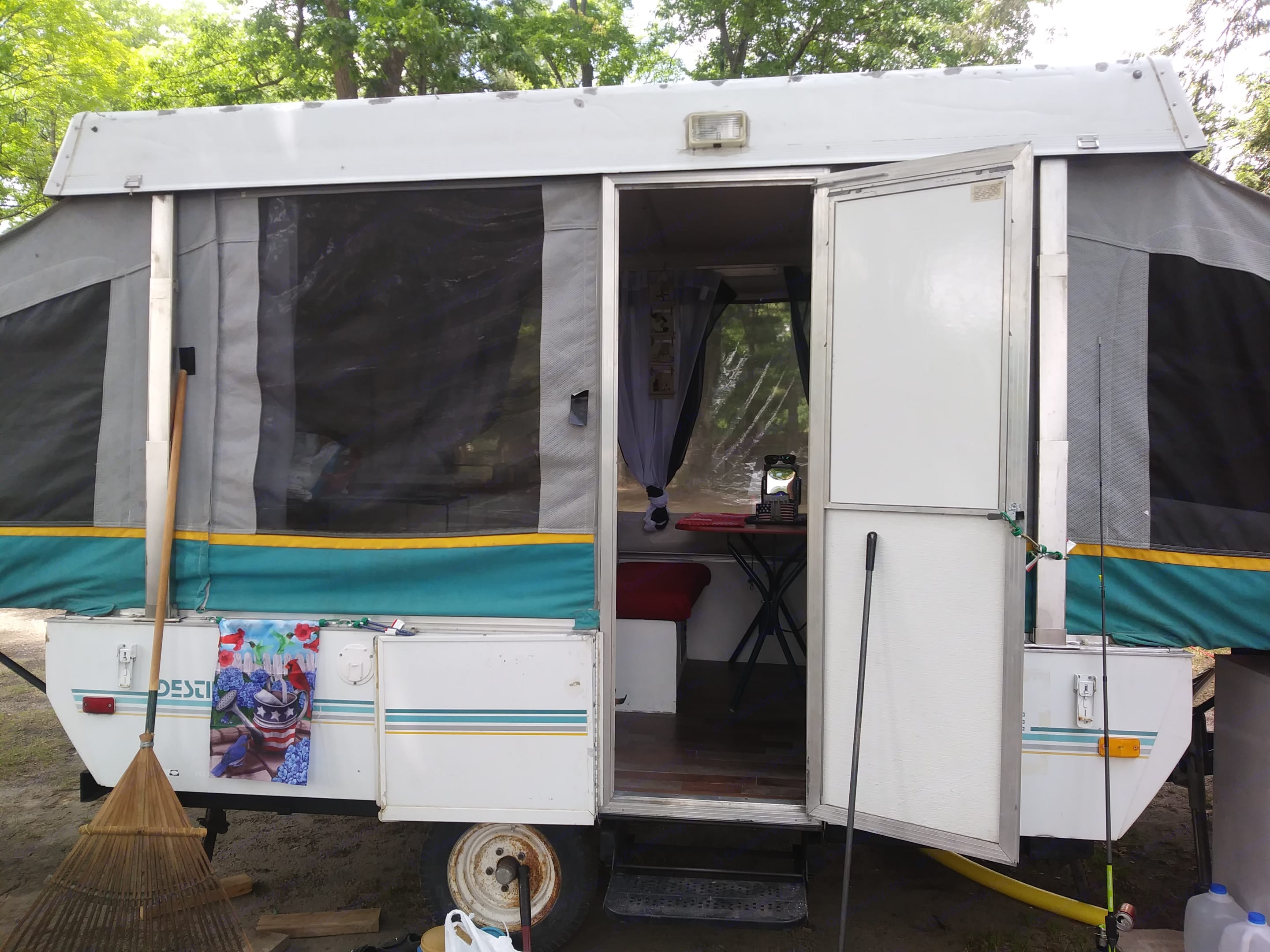 Fab-chic super cute and cozy pop up camper available to rent. . Coleman Destiny Royale 1993