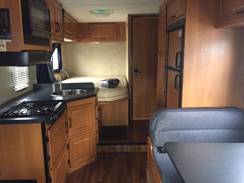 Galley, dinette and rear bed. Thor International Majestic 2013