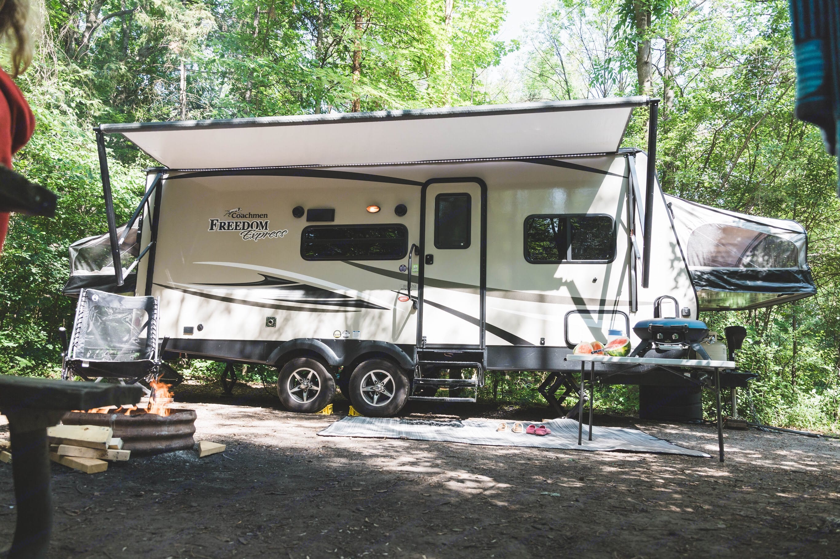 A 30' trailer travels in a 23' body. The 3 queen size bed pop downs and the slide out dinette transforms this medium size trailer into a super trailer.. Coachmen Freedom Express 2018