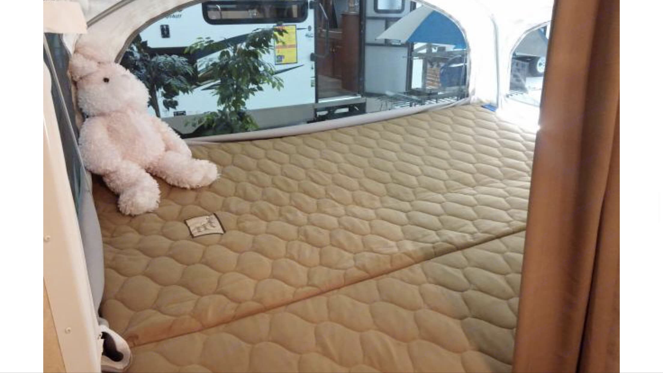 Queen bed. Coachmen Apex 2014