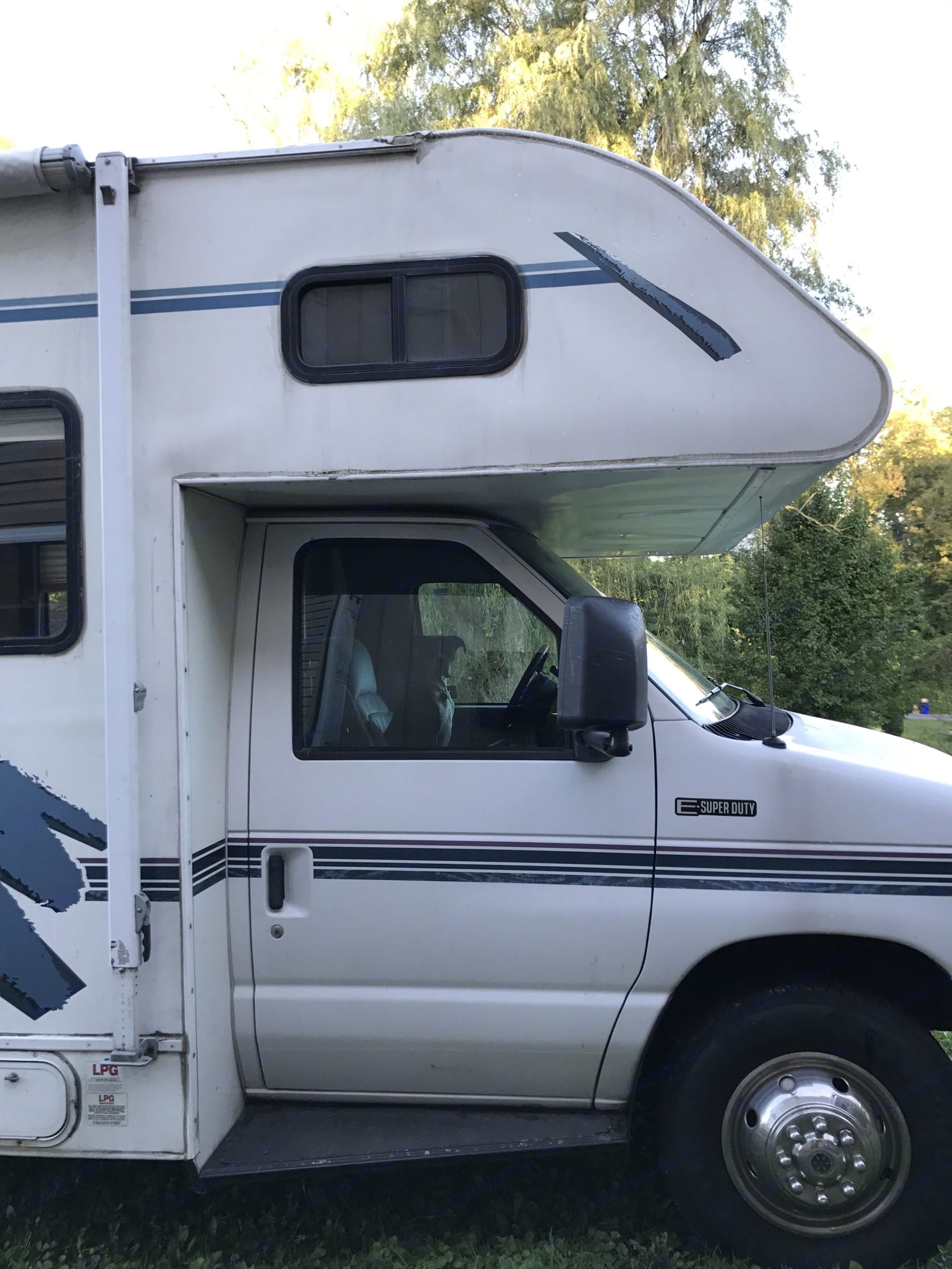 Includes outside pass-through storage for lawn furniture, etc. 6 seat belts. Awning. Fleetwood Tioga Montara 1997