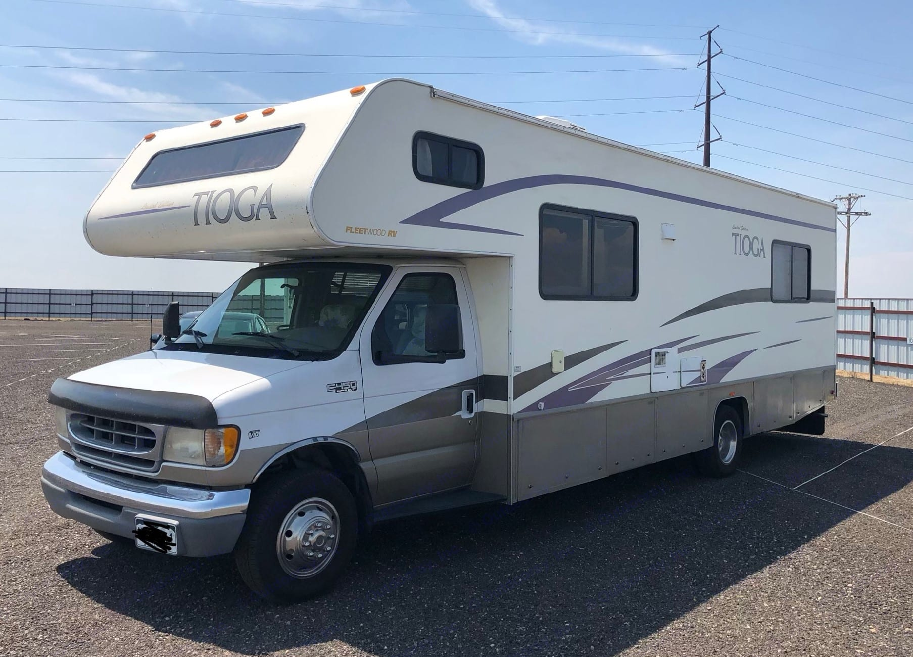 30 ft Tioga Class C RV!  Perfect for a family/friend vacation or just a weekend getaway for 2.  Sleeps 6 comfortably.  . Fleetwood Tioga 2001
