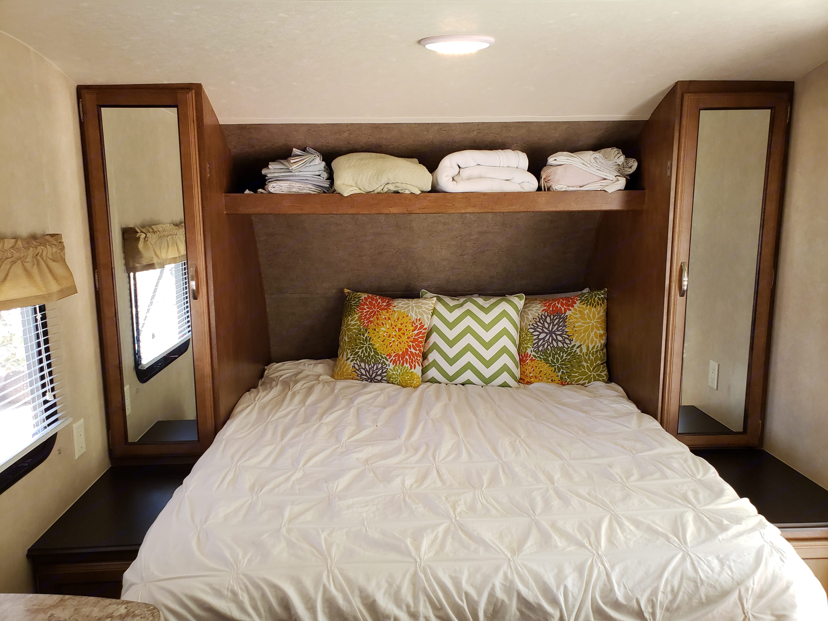 Queen size bed- murphy bed style. . Forest River Cruise Lite 2017