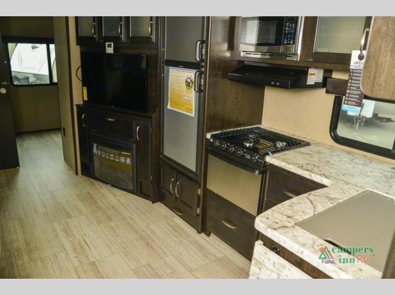 Indoor kitchen and entertainment room . Grand Design 3150bh 2018