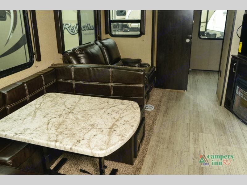 Table/queen bed. Grand Design 3150bh 2018