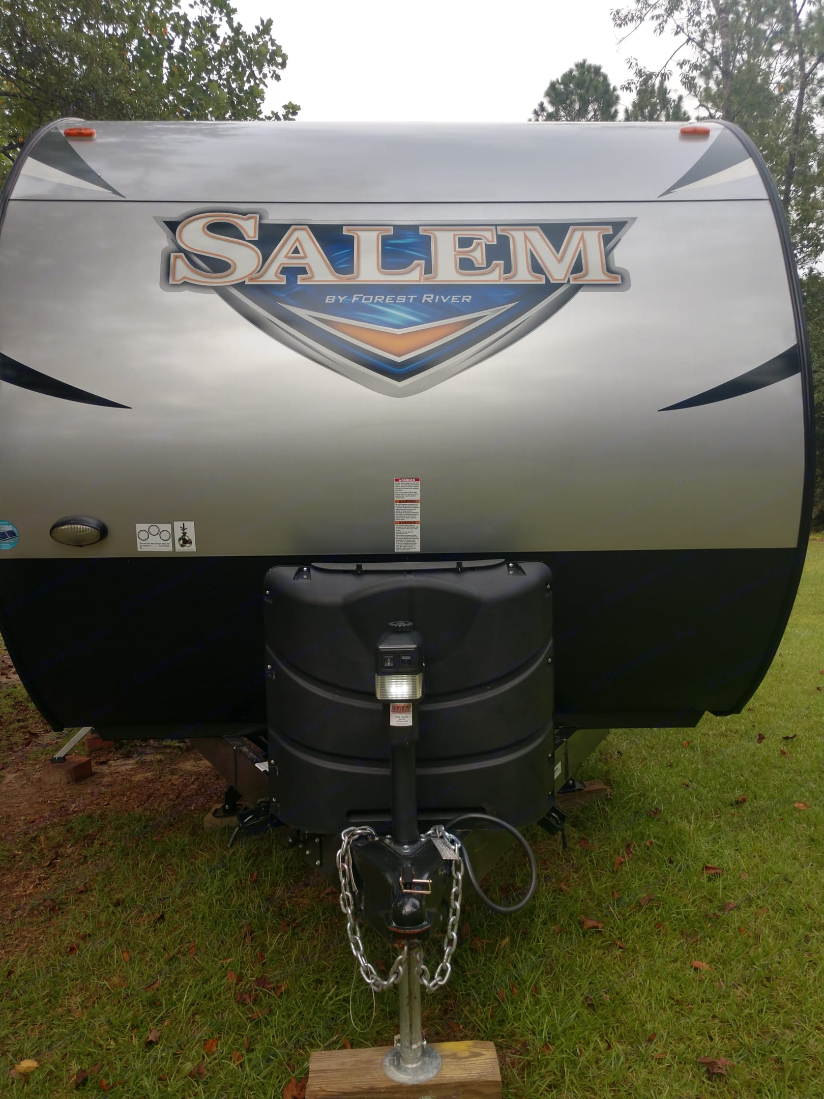 Covered propane tanks. 2 50 gallon tanks. Also has light at hitch for safety at night.. Forest River Salem 2018