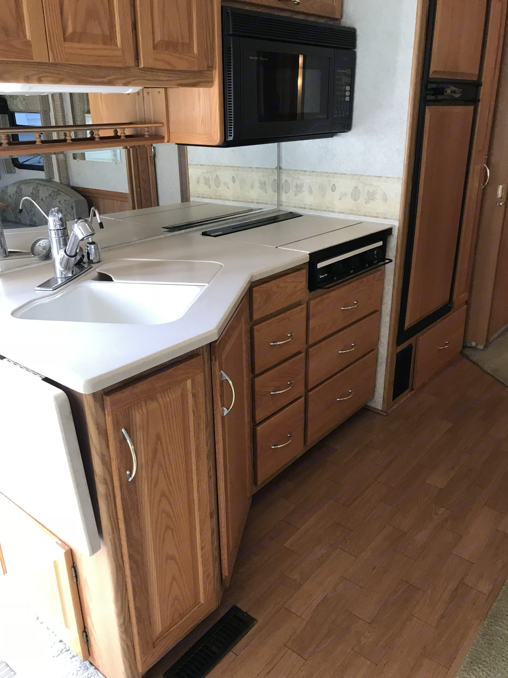 Solid surface counter tops. Filtered drinking water. Itasca Suncruiser 2002