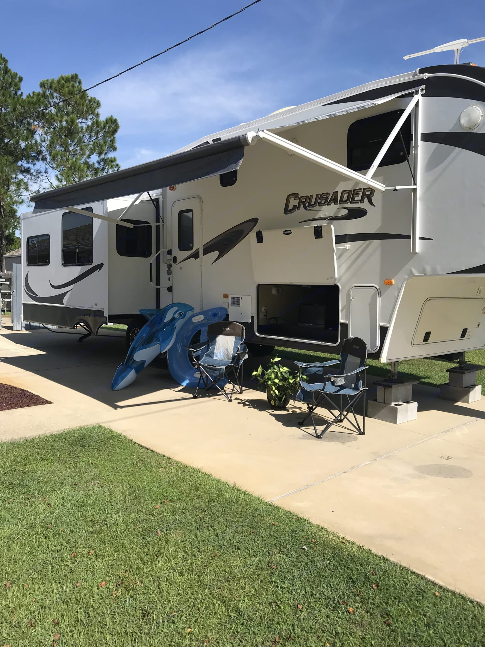 Get ready to enjoy the great outdoors in comfort. You may watch your favorite football game while sitting outside enjoying the comforts of home. . Forest River Crusader 2012