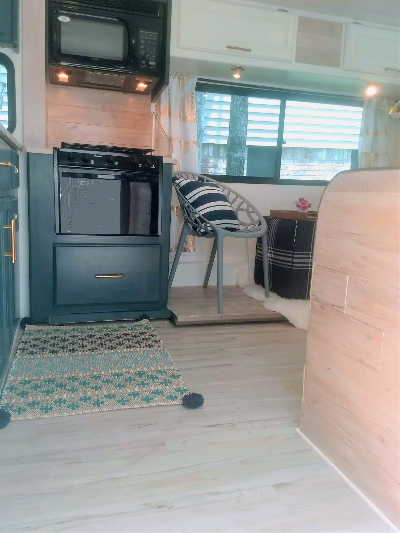 Walk into your modern home on wheels. Winnebago Minnie Winnie 2004