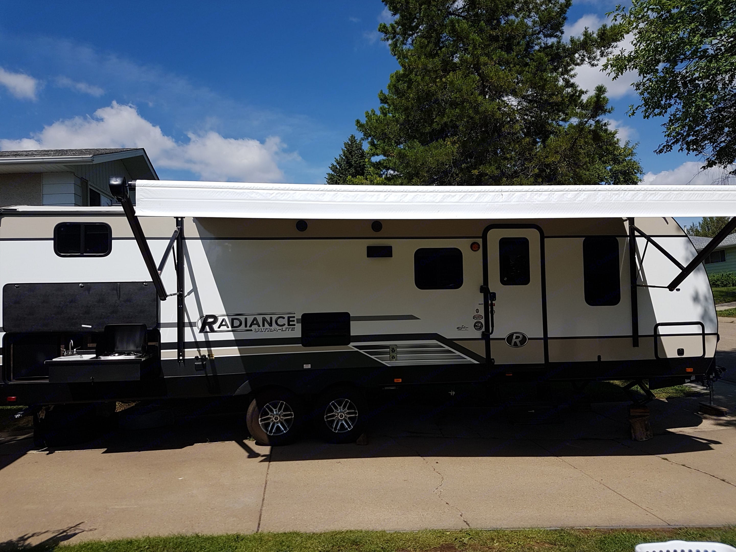 Immaculate Family Trailer with awning and outdoor kitchen for maximum enjoyment of outdoor space. Cruiser Rv Corp Radiance 2019