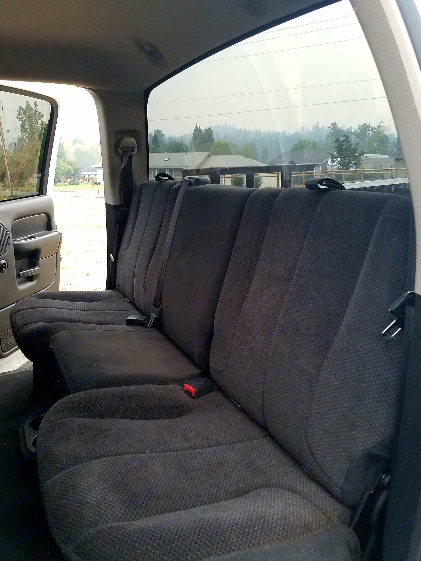 Back seat. Dodge 1500 Hemi 2003