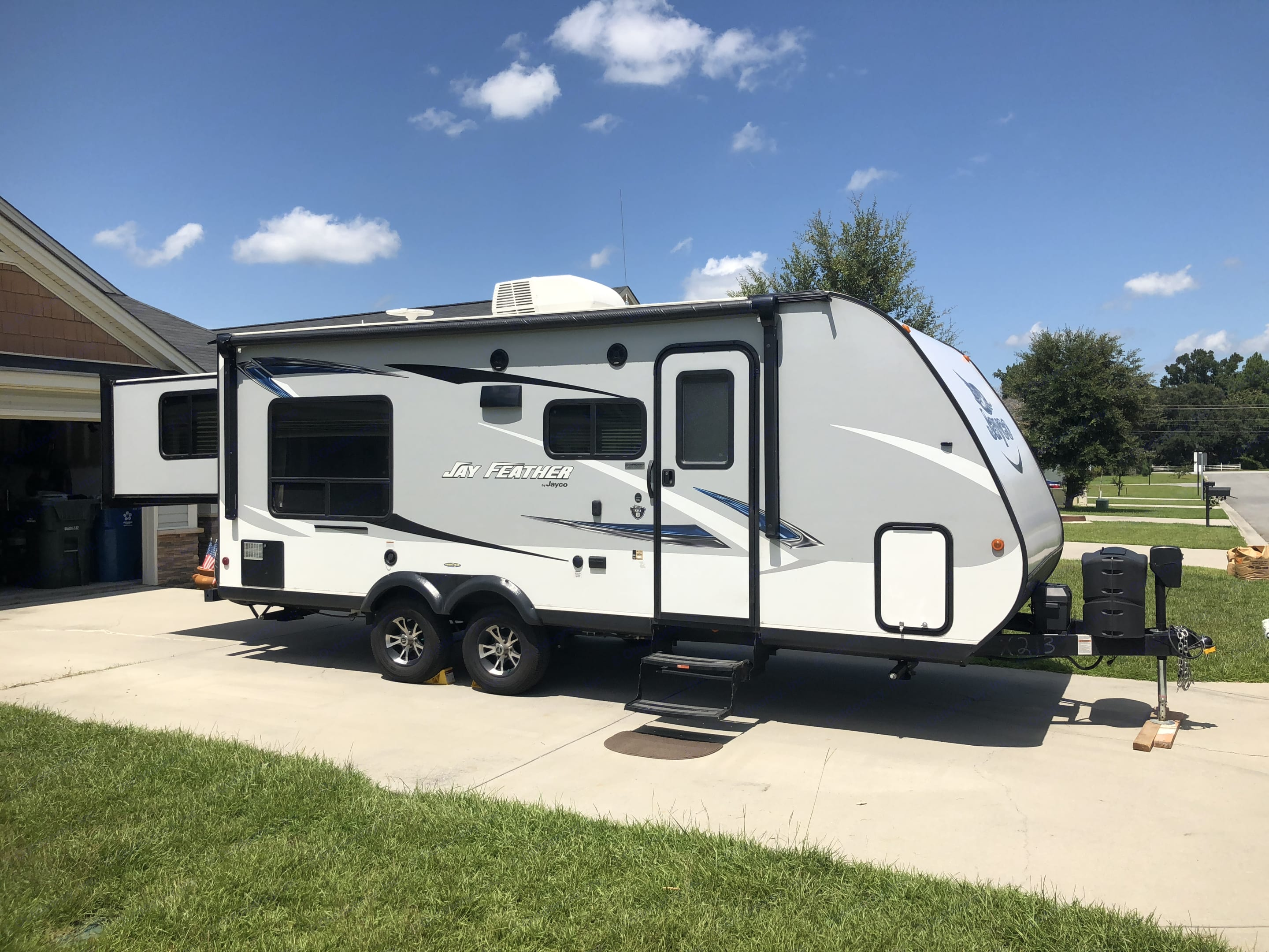 Rear slide turns this 24' rv into a 30'er . Jayco Jay Feather 2017