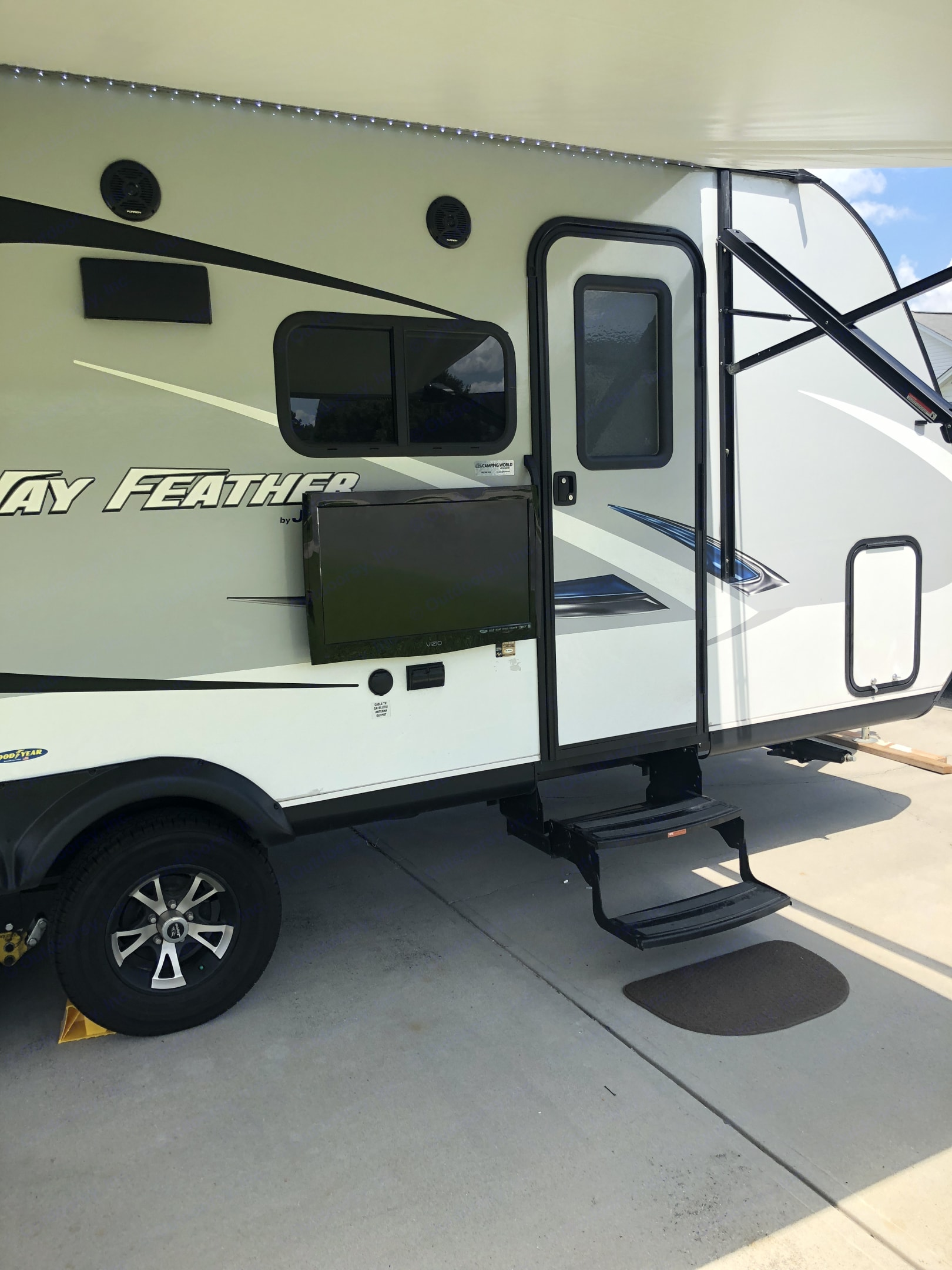 Exterior side-mount tv can be included as requested. Jayco Jay Feather 2017