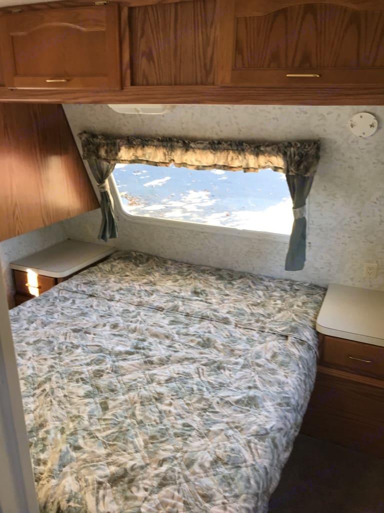 Walk a round queen size bed. Storage underneath . Keystone Columbia 2001
