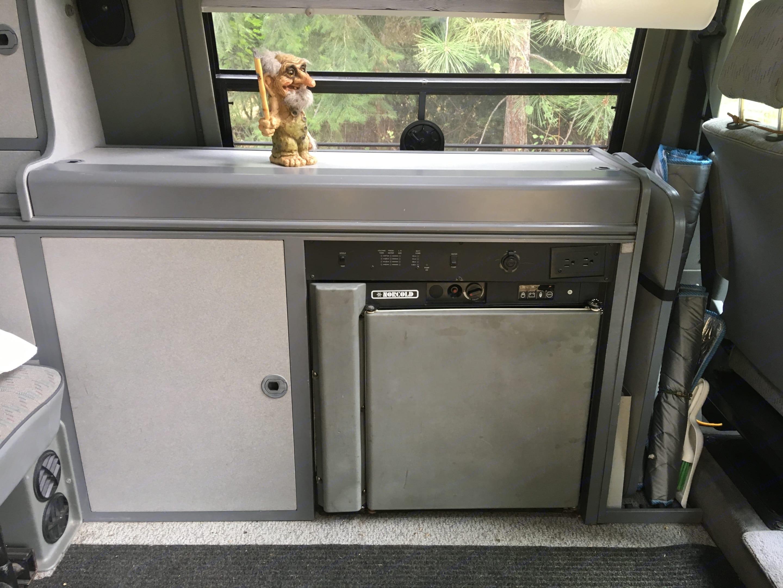 Refrigerator, countertop and cupboards.. Volkswagen Eurovan 1995