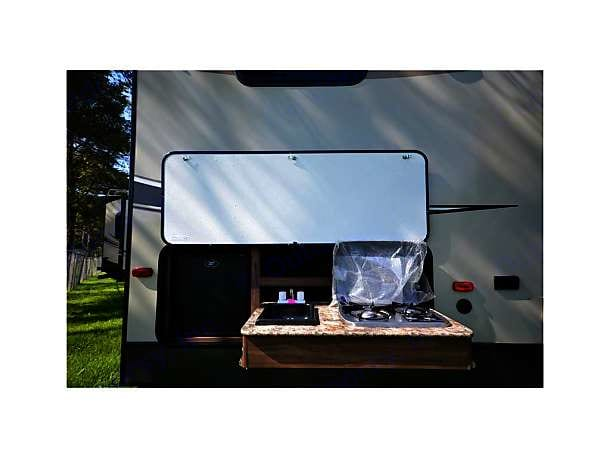 Outdoor stovetop with sink and frigid . Keystone Cougar Xlite 2017
