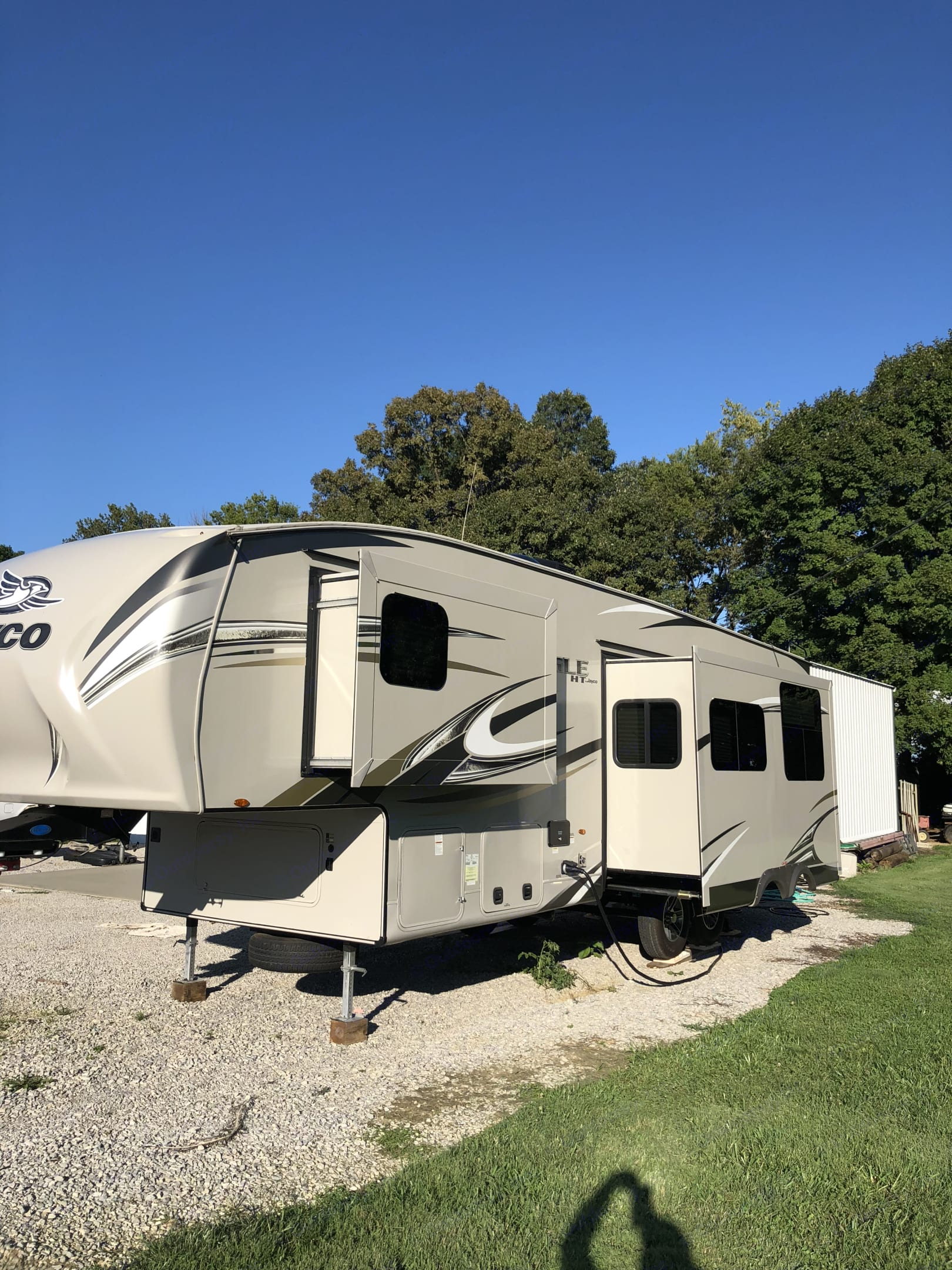 Thus photo shows the two slide outs , one in master bedroom and one in living/ kitchen area. Jayco Eagle 2017
