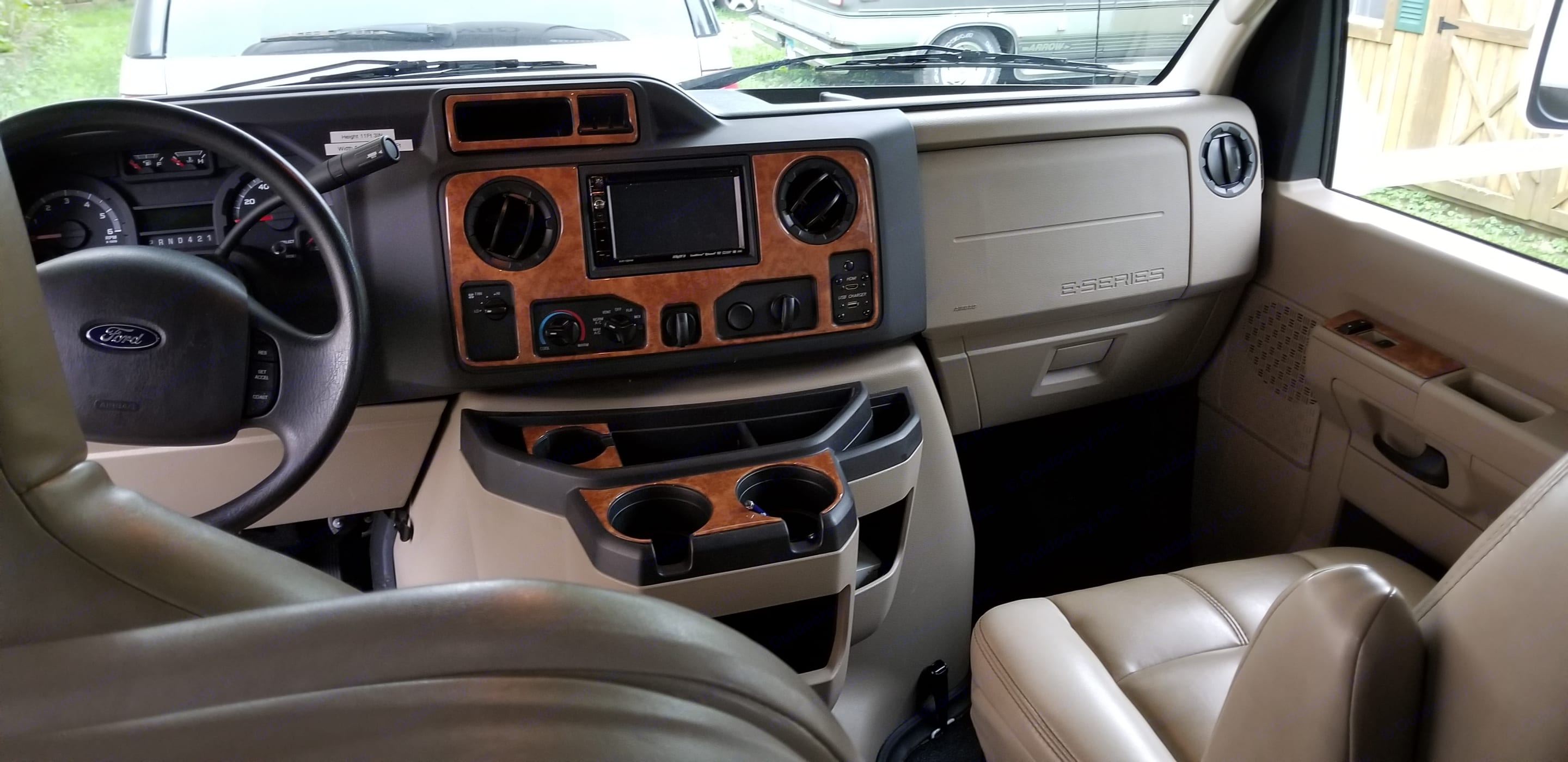 Front dash with backup camera. . Thor Motor Coach Quantum 2018