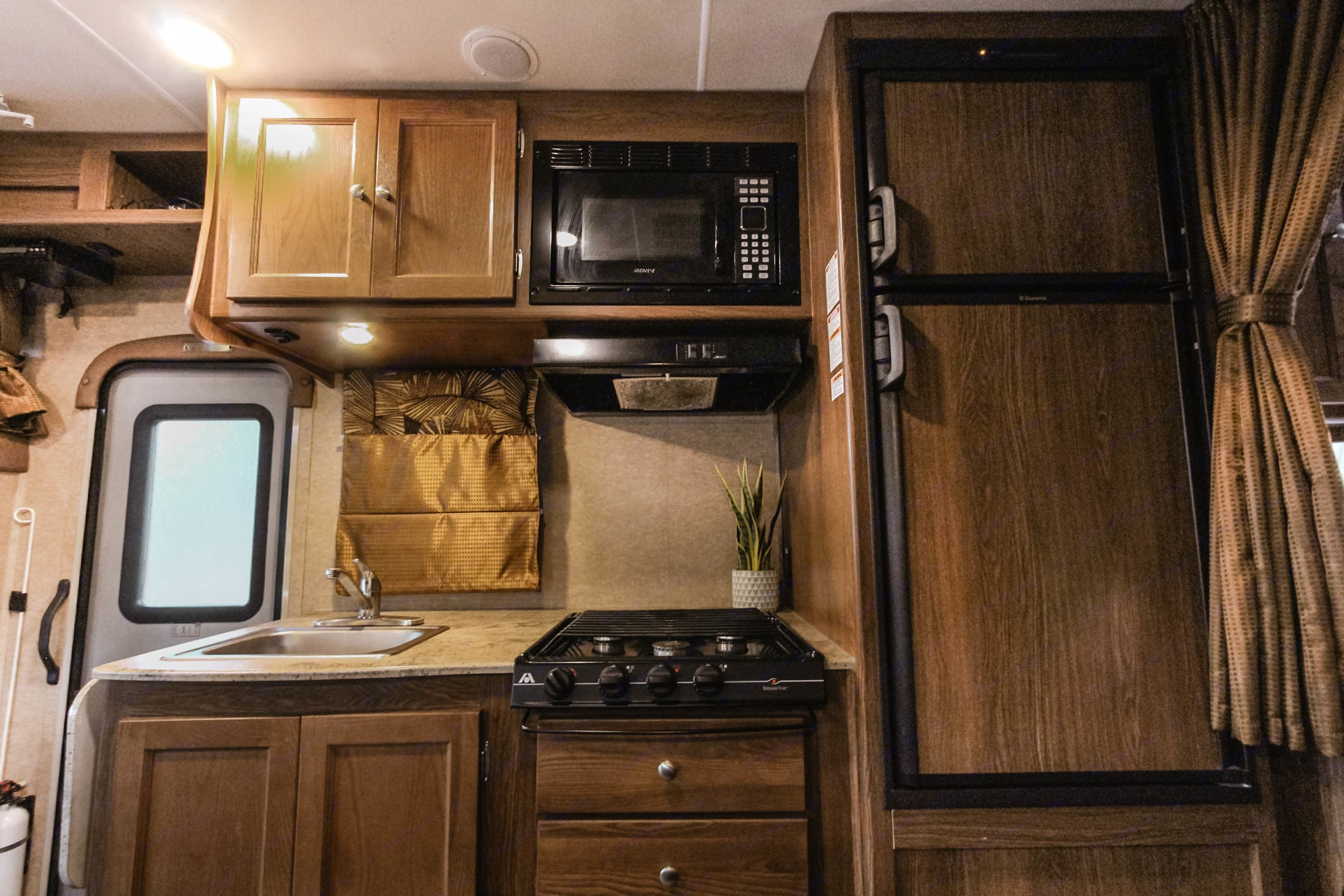 Fully equipped kitchen icluded. Coachmen Leprechaun 220QB 2016