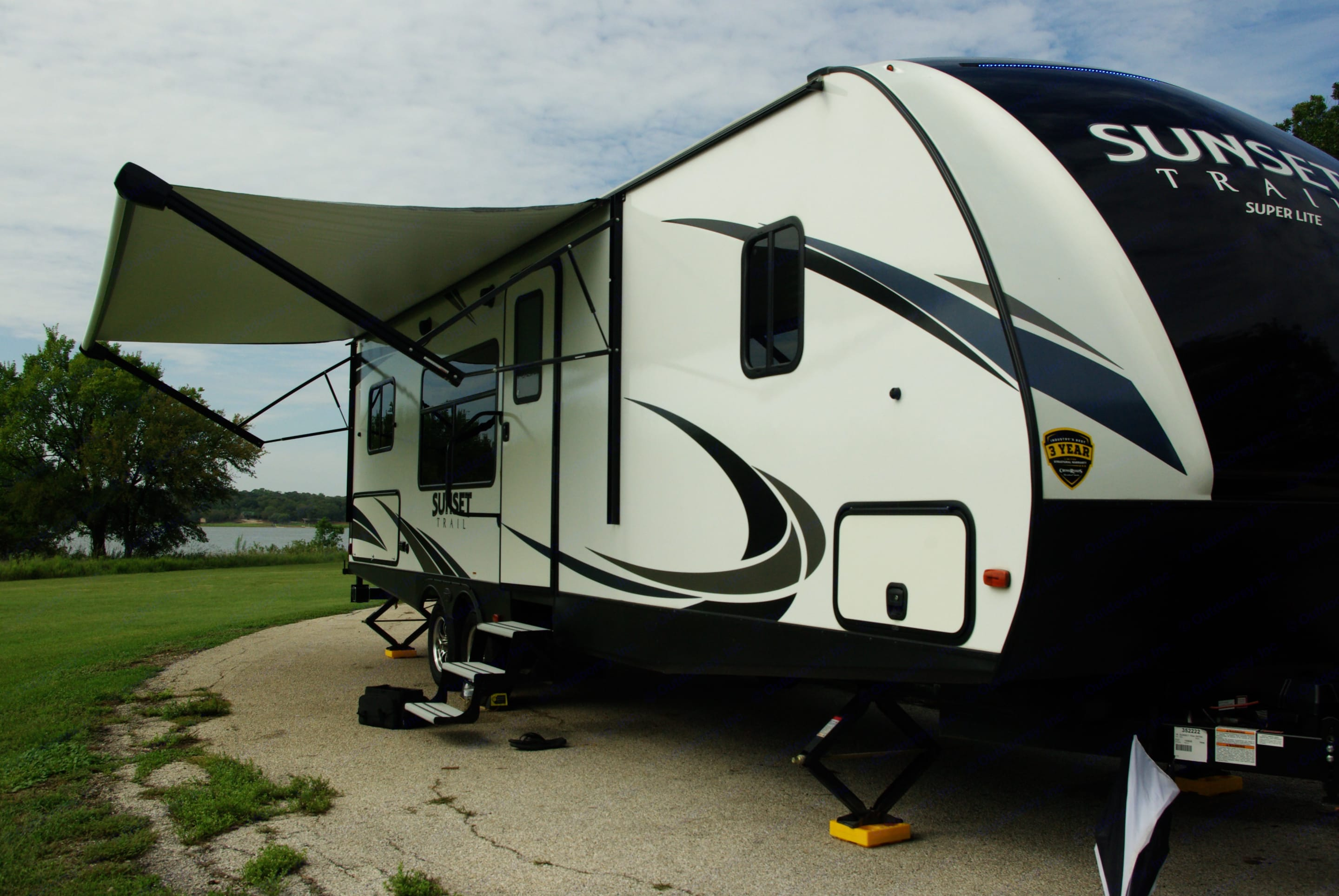 fiberglass exterior with Awning, outside kitchen, and electric stabilizers just added . Crossroads Sunset Trail Super Lite 2018