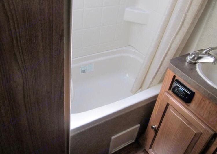 Full bathroom with tub. Forest River Rockwood Mini Lite 2015