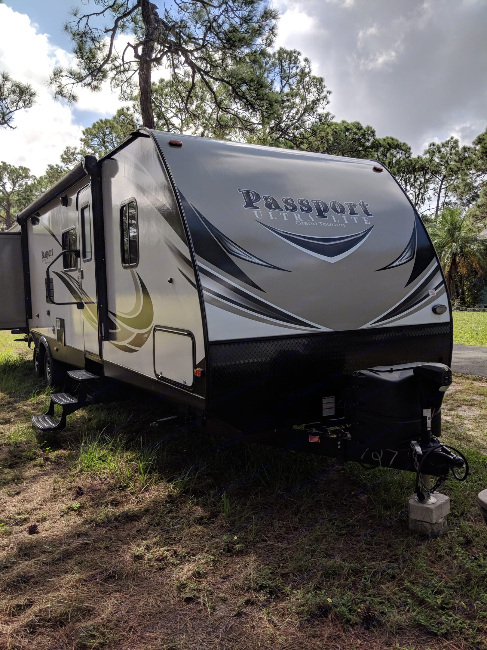 Has an awning outdoor lights, electric plug, shower and outdoor speaker.. Keystone Passport 2017