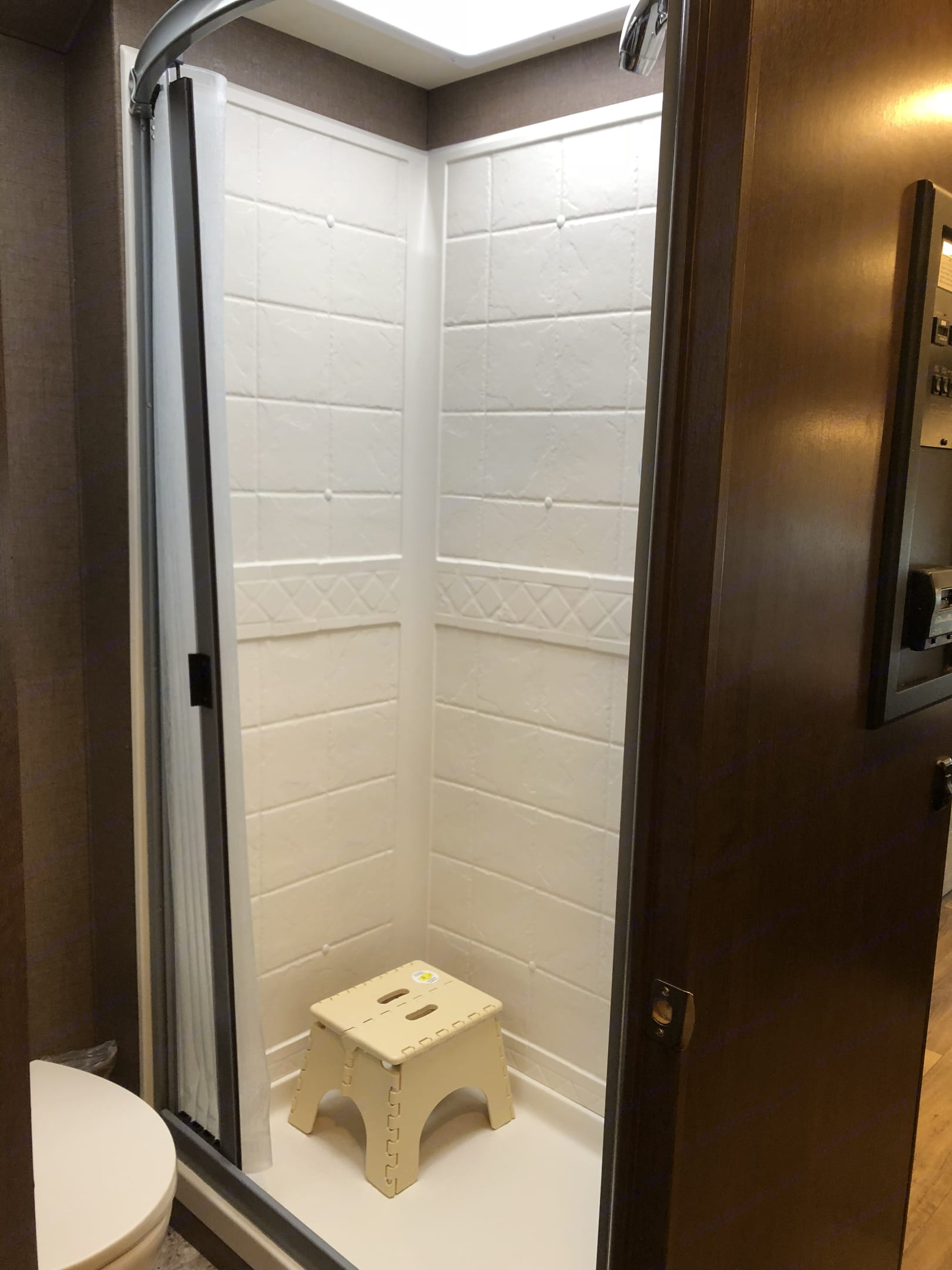 Stand up shower. Thor Motor Coach Freedom Elite 2019