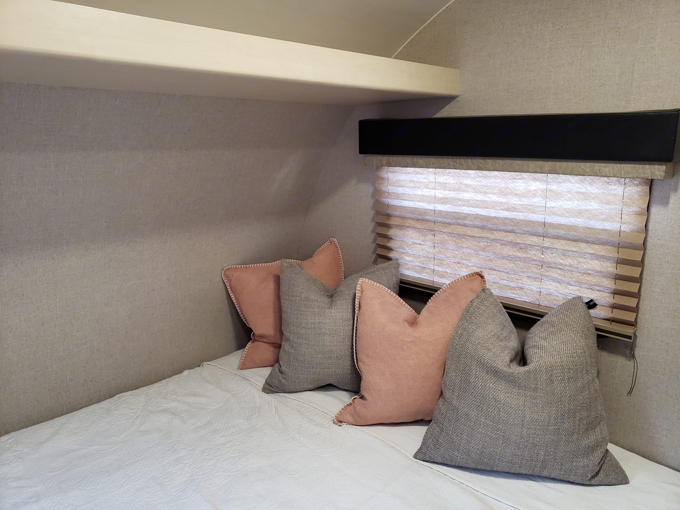 Snuggle with your sweetie in this comfy queen.. Winnebago Minnie Winnie 2018