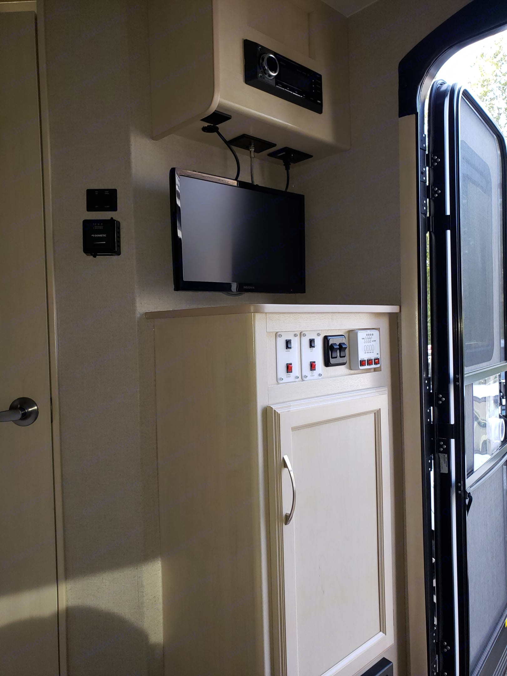 Watch your favorite game with this onboard TV and local channel antenna!. Winnebago Minnie Winnie 2018