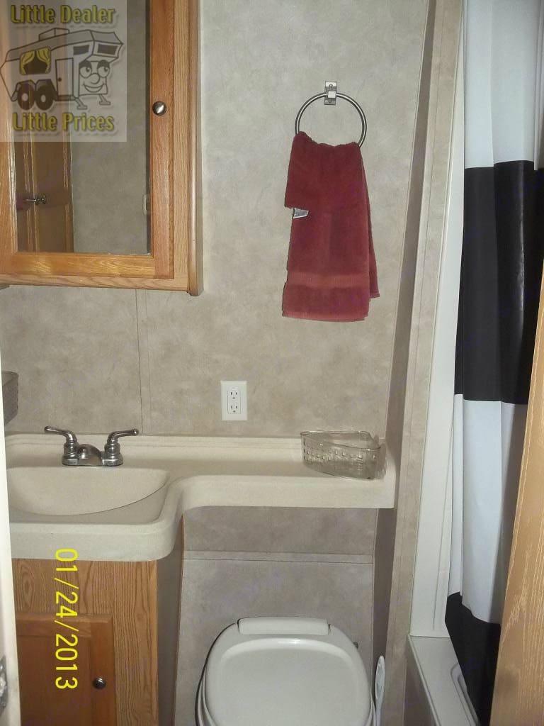 Separate bathroom with sink, toilet, valet, shower, and wardrobe. Skyline Rampage 2007
