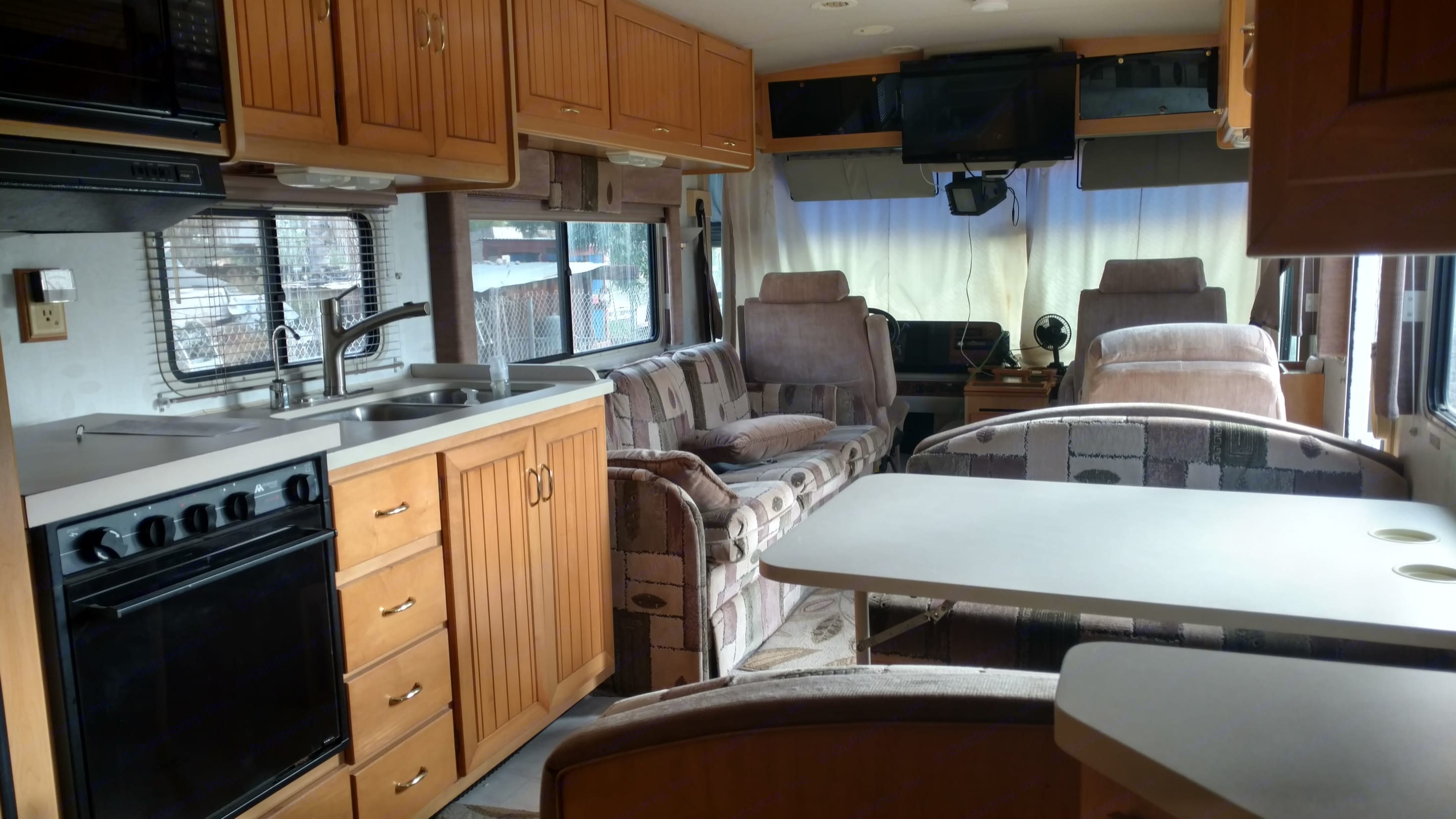 Couch Pulls out into a bed. Dining set converts to a bed as well.. Itasca Suncruiser 1997