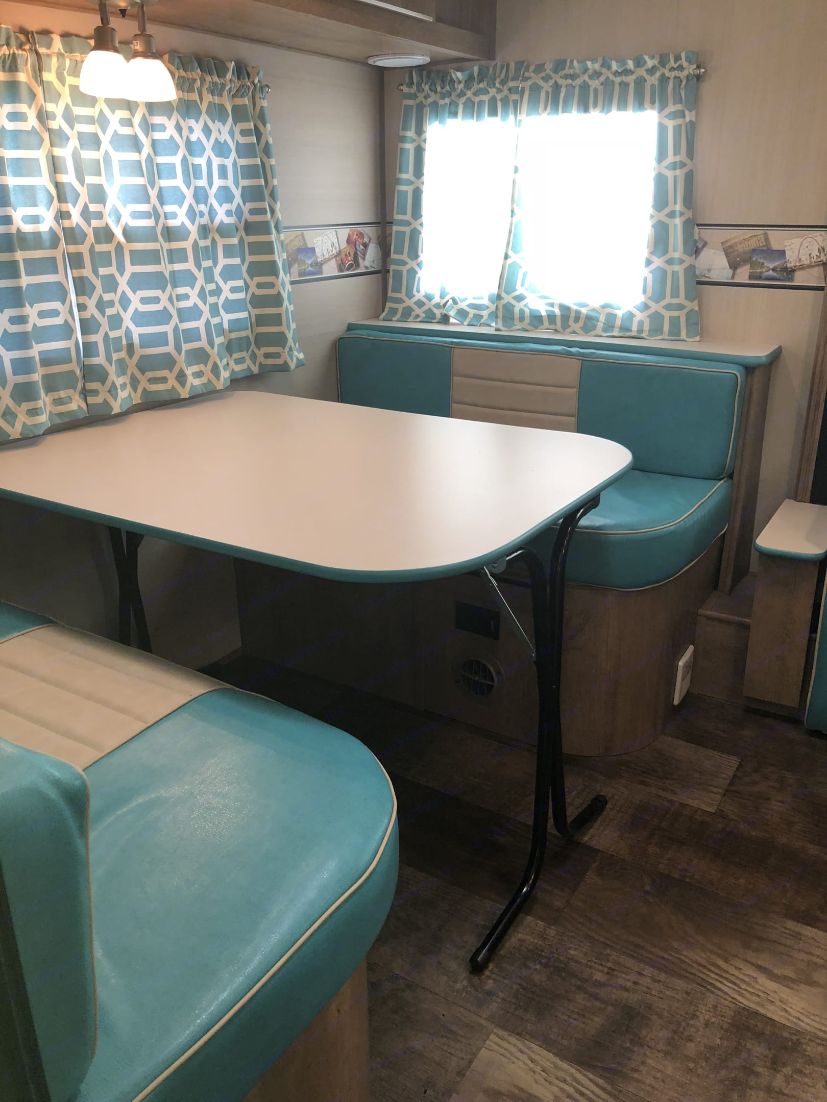 Dinette / sleeper. The table can come out and be used outside. Gulf Stream Vintage Cruiser 2018