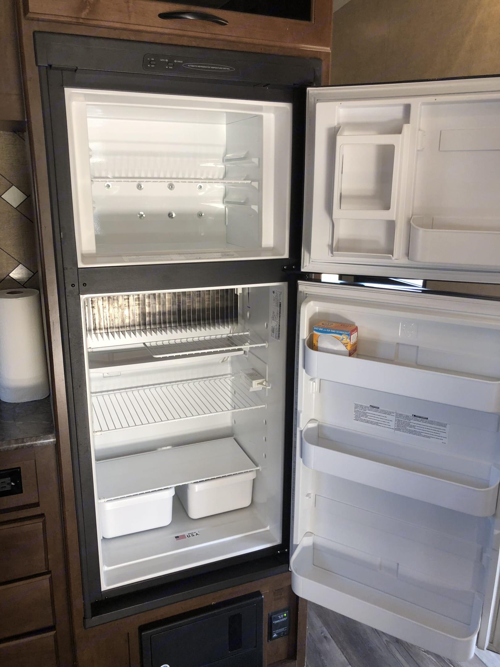 Spotless and spacious freezer and refrigerator.. Pacific Coachworks Sandsport 2016