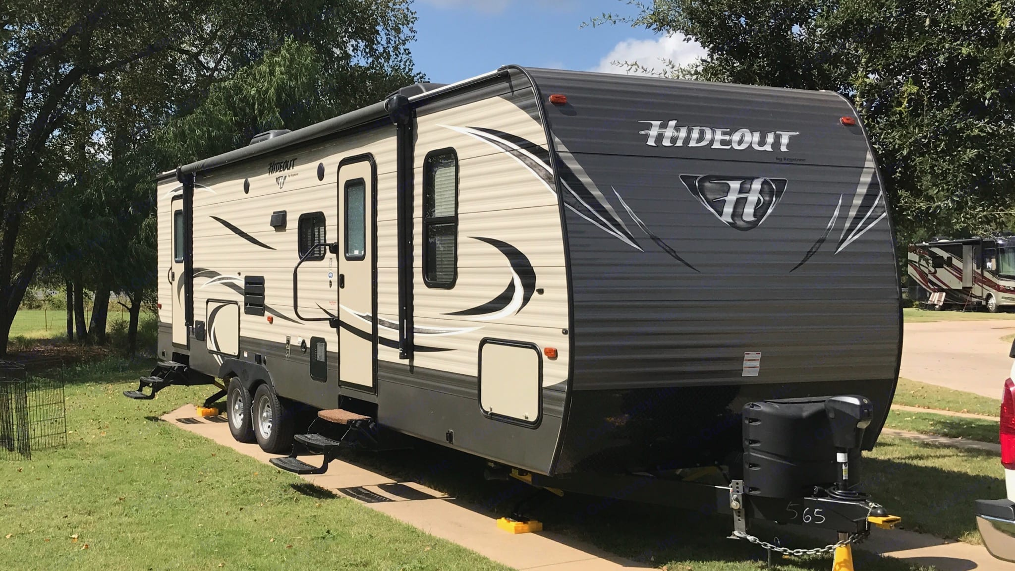 This trailer has plenty of indoor and outdoor space for those fun outdoor weekends or your great urban getaway.. Keystone Hideout 2017