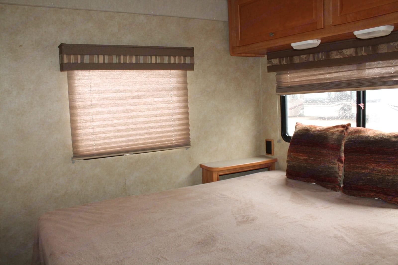 Queen bed. Winnebago Access 2008