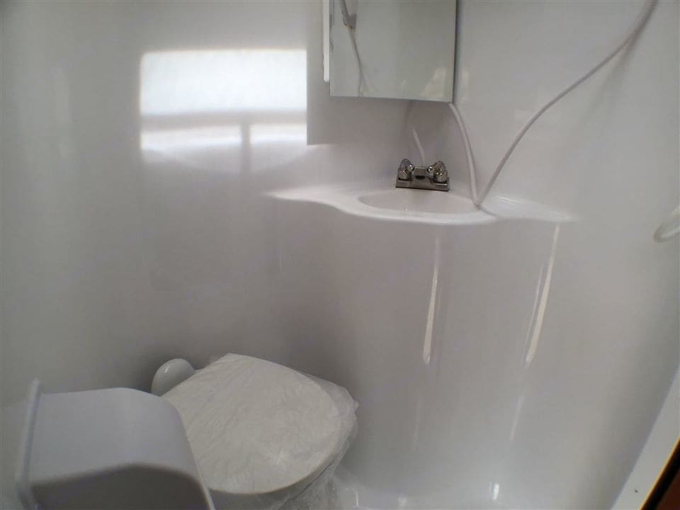 Your own private washroom. Adventurer F350 2006