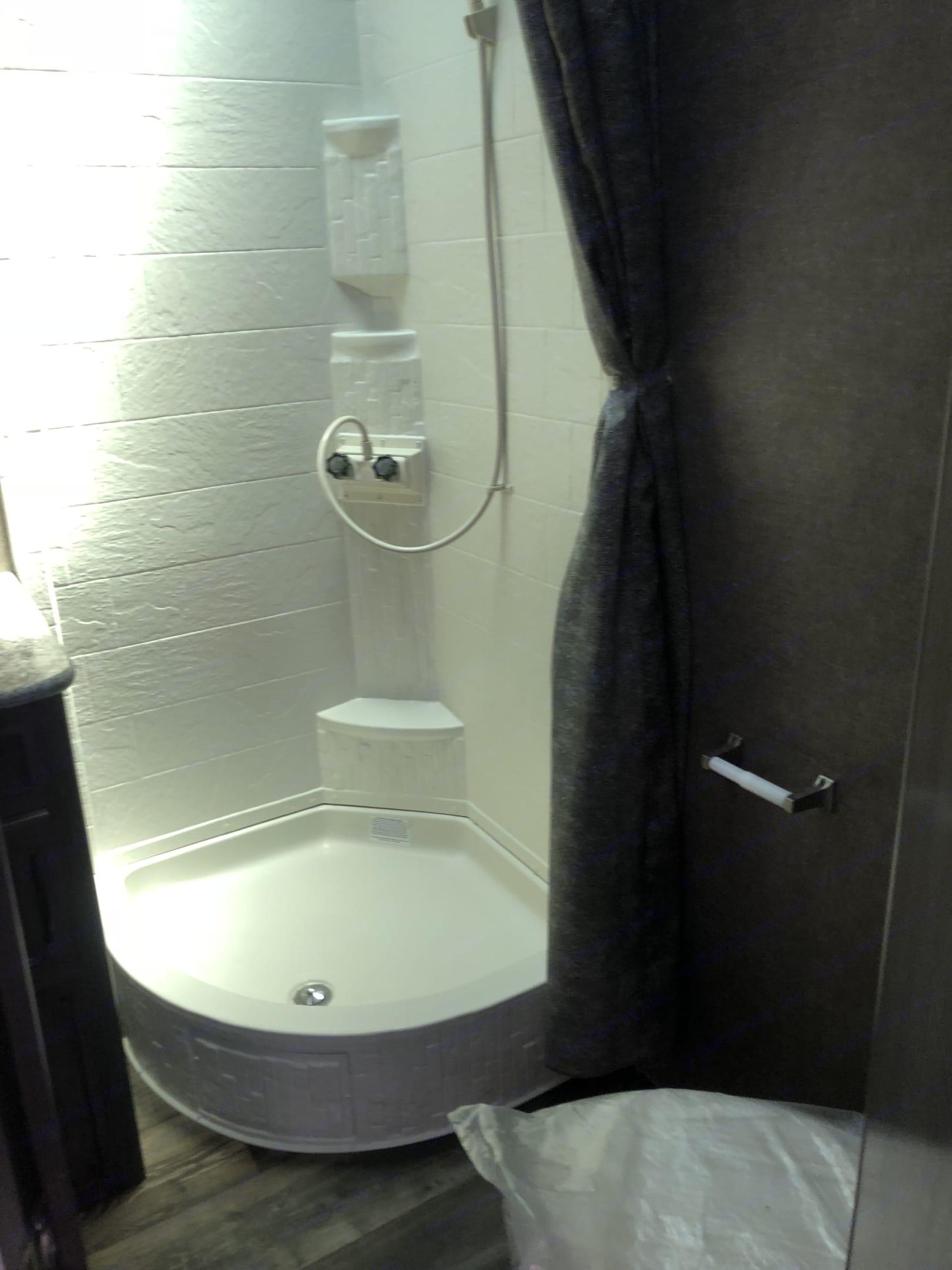 Stand up shower . Pacific Coachworks Sandsport 2019