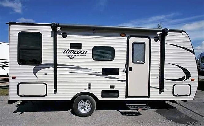 This unit comes with awning, lots of outside storage for lawn chairs and comes with outside folding table, clothes line, clothes pegs, safety kit, BBQ utensils, garbage rack, flash light, broom & dust pan and outside mat. . Hideout 177 2018